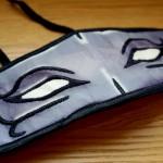 リラックスさせない悪霊のアイマスク