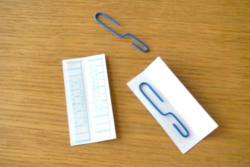 フックに両面テープでゼムクリップを貼りつける