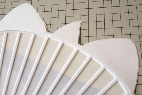 飛び出した部分にほね用の厚紙を貼る