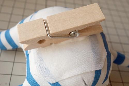 ボンドでめかくし布と木製ピンチを止める