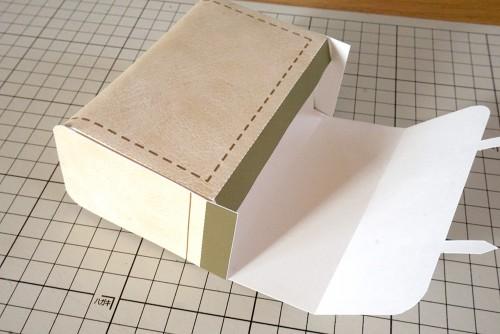 残りののりしろを貼って箱状に組み立てる