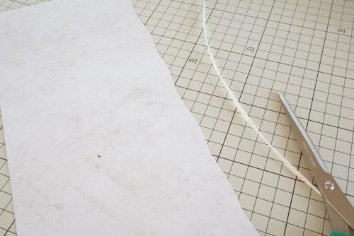 羊皮紙のサイドをはさみでガタガタに切る